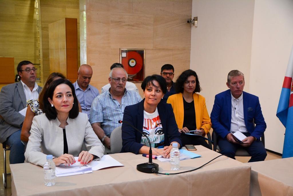 Las portavoces de Ciudadanos y del PP, Ruth Morales y Rosa Luna.
