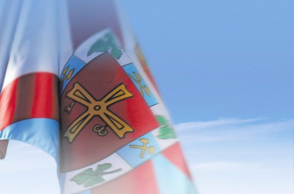 El Consejo Comarcal celebra el bicentenario de la provincia con el izado de la bandera de El Bierzo y el descubrimiento de una placa en memoria del su primer jefe político